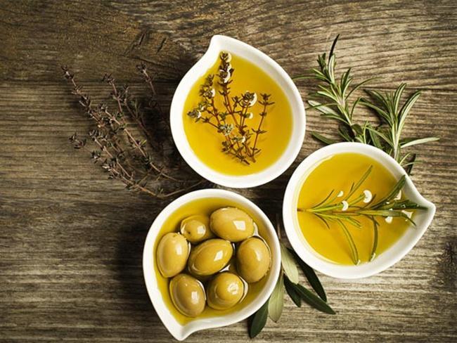 Minyak zaitun bermanfaat merawat kecantikan rambut/copyright boldsky.com