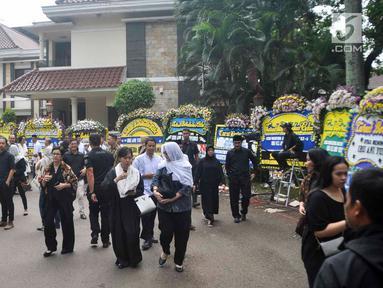 Warga berjalan di sekitar tempat persemayaman Ani Yudhoyono di Puri Cikeas, Bogor, Jawa Barat, Minggu (2/6/2019). Jelang pemakaman Ani Yudhoyono, warga dari berbagai kalangan terus berdatangan ke rumah duka untuk memanjatkan doa serta menyampaikan bela sungkawa. (Liputan6.com/Immanuel Antonius)