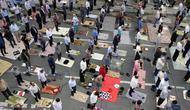 Jemaah Muslim menjaga jarak satu sama lain sebagai langkah mencegah pandemi Covid-19 saat berkumpul untuk menghadiri salat Idul Fitri di ibu kota Iran, Teheran, pada 24 Mei 2020. (Photo by - / AFP)