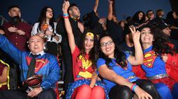 Sejumlah penggemar mengenakan kostum Superman dan Wonder Woman berpose saat menghadiri pemutaran perdana film Justice League di Dolby Theatre di Hollywood, California (13/11). (AFP Photo/Robyn Beck)