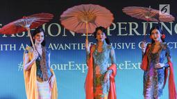 Model membawakan busana karya Anne Avantie pada acara Anne Avantie's Exclusive Trunk Show Collections di INACRAFT 2019 di Jakarta, Minggu (28/4). Desainer Anne Avantie menampilkan koleksi 26 baju dan koleksi khusus untuk nasabah BNI Emerald. (Liputan6.com/Angga Yuniar)