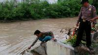 Balita berusia 3 tahun tewas tenggelam di sungai usai lepas dari pengawasan sang ibu. (Foto: Liputan6.com/Polres Pemalang/Muhamad Ridlo)