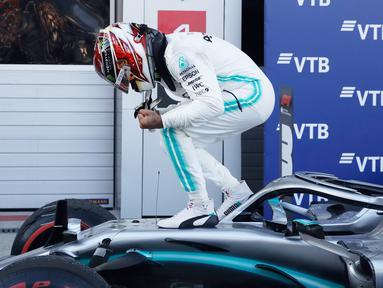 Pembalap Mercedes Lewis Hamilton melakukan selebrasi usai memenangkan F1 GP Rusia di Sochi Autodrom, Sochi, Minggu (29/9/2019). Hamilton mengakhiri rentetan kemenangan Ferrari dalam tiga balapan F1 sebelumnya. (AP Photo/Luca Bruno)