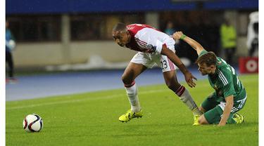 Video aksi Kenny Tete bek Ajax Amsterdam berusia 20 tahun yang sudah dipanggil membela timnas Belanda. Kenny Tete mengakui bahwa ayahnya dari Mozambik dan ibunya berdarah Indonesia.