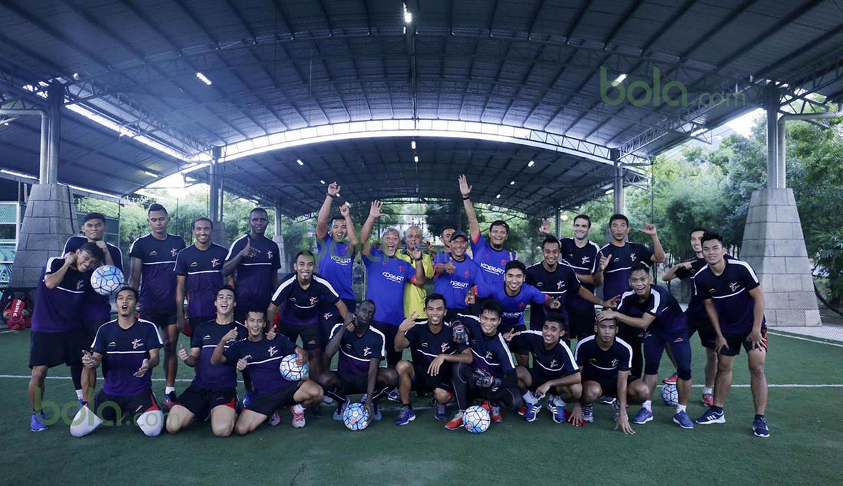 Official dan Pemain T-Team foto bersama di Lapangan Futsal Extreme Park di Ipoh, Perak, Malaysia, Jumat (29/1/2016). (Bola.com/Nicklas Hanoatubun)