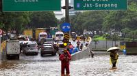 Suasana banjir yang menggenangi Jalan Tol JORR di kawasan TB Simatupang, Jakarta Selatan, Sabtu (20/2/2021). Banjir terjadi akibat luapan Kali Serua yang berada di pinggir jalan tol. (merdeka.com/Arie Basuki)