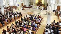 Umat Kristen dalam kebaktian Jumat Agung Hari Raya Paskah di Gereja Katedral, Denpasar, Bali. Sedikitnya 237 gereja di Bali menjadi pusat kebaktian pada puncak perayaan Hari Raya Paskah 2011. (ANTARA)