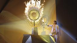 Peraih medali perak Olimpiade Cecilia Tait, dari Peru, menyalakan api Pan American selama Upacara Pembukaan di stadion Nasional di Lima, Peru (26/7/2019). Pan American Games XVIII diadakan dari 26 Juli hingga 11 Agustus 2019. (AP Photo/Martin Mejia)