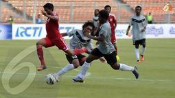 Permainan keras sering kali diperlihatkan pemain kedua kesebelasan saat berlaga di Stadion GBK Jakarta (Liputan6.com/Helmi Fithriansyah)