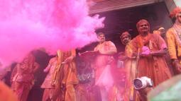 Umat Hindu India merayakan Holi, festival warna musim semi, di sebuah kuil di desa Nandgaon, negara bagian Uttar Pradesh, 5 Maret 2020. Festival Holi diselenggarakan pada awal musim semi yaitu pada akhir Februari hingga Maret, tepatnya sesudah bulan purnama. (Money SHARMA/AFP)