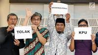 Kelompok lintas organisasi pemerhati Pemilu usai memberi pernyataan, Jakarta, Rabu (30/1). Pernyataan terkait dilaporkannya Komisioner KPU ke Polda Metro Jaya perihal tidak memasukkan nama Ketum Partai Hanura ke DCT DPD. (Liputan6.com/Helmi Fithriansyah)