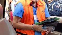 Staff Khusus Bupati Kudus, Agus Soeranto memasuki mobil tahanan usai pemeriksaan terkait dugaan suap pengisian jabatan perangkat daerah di lingkungan Pemkab Kudus, Gedung KPK, Jakarta, Sabtu (27/7/2019). KPK juga menetapkan Bupati Kudus, M Tamzil sebagai tersangka. (Liputan6.com/Helmi Fithriansyah)