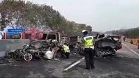 Tabrakan beruntun dengan melibatkan 10 kendaraan terjadi di jalan Tol Cipularang, Kilometer 91.400 di wilayah Sukatani, Purwakarta. (Liputan6/Abramena)