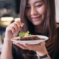 ilustrasi makan cokelat/copyright shutterstock