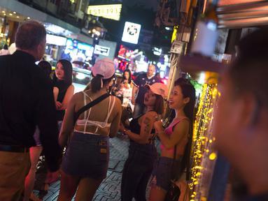 Foto pada 11 Oktober 2018 menunjukkan para wanita yang menyapa turis asing di Nana Red Light Distrik, Bangkok, Thailand. Nana Red Light District memang dikenal sebagai kawasan hiburan malam terbesar di Bangkok. (Romeo GACAD / AFP)
