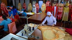 Penjahit menyelesaikan pembuatan jubah yang akan digunakan Paus Fransiskus saat mengunjungi Thailand, Bangkok, Jumat (8/11/2019). Pembuatan jubah dilakukan oleh Congregation of the Sacred Heart of Jesus Sisters of Bangkok. (AP Photo/Gemunu Amarasinghe)