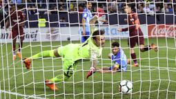 Gelandang Barcelona, Philippe Coutinho, mencetak gol ke gawang Malaga pada laga La Liga di Stadion La Rosaleda, Sabtu (10/3/2018). Malaga takluk 0-2 dari Barcelona. (AP/M.Pozo)
