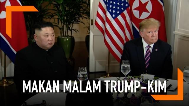 KTT Donald Trump dan Kim Jong-un di Vietnam resmi dibuka dengan jamuan makan malam. Trump dan Kim duduk bersebelahan dalam situasi santai.