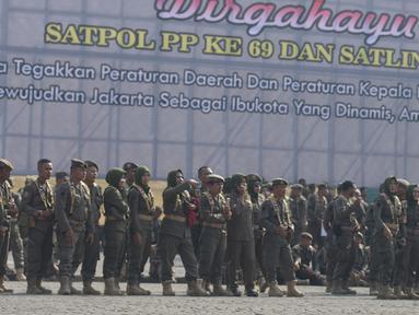 Satuan Polisi Pamong Praja (Satpol PP) mengikuti upacara peringatan HUT ke-69 Satpol PP dan ke-57 Satuan Perlindungan Masyarakat (Satlinmas) di Lapangan Monas, Jakarta, Rabu (7/8/2019). Dalam peringatan itu, Gubernur DKI Anies Baswedan bertindak menjadi inspektur upacara. (merdeka.com/Imam Buhori)