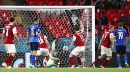 Penjaga gawang Italia Gianluigi Donnarumma menerima gol dari pemain Austria Sasa Kalajdzic pada pertandingan babak 16 besar Euro 2020 di Stadion Wembley, London, Inggris, Sabtu (26/6/2021). Italia menang 2-1. (Catherine Ivill/Pool via AP)