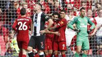 Striker Liverpool Mohamed Salah merayakan golnya ke gawang Newcastle United bersama Roberto Firmino pada laga pekan kelima Liga Inggris di Anfield, Sabtu (14/9/2019) malam WIB.(AP Photo/Rui Vieira)