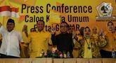 Politisi Partai Golkar, yakni Ali Yahya (kiri), Bambang Soesatyo (kedua kiri), Ulla Nuchrawatty (kedua kanan) dan Marlinda Irwanti (kanan) menyatakan diri maju sebagai calon ketua umum Partai Golkar periode 2019-2024 saat konferensi pers di Jakarta, Kamis (18/7/2019). (Liputan6.com/Herman Zakharia)
