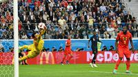 Kiper timnas Prancis, Hugo Lloris menepis bola tendangan pemain Belgia, Toby Alderweireld pada babak semifinal  di Stadion St. Petersburg, Selasa (10/7). Prancis meraih tiket final Piala Dunia 2018 setelah mengalahkan Belgia 1-0. (AP/Martin Meissner)