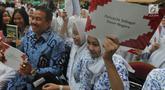 Pendiri LSI, Denny JA dan ribuan pelajar SMA saat pelatihan 1000 juru bicara Pancasila di Aula Universitas Terbuka, Tangsel, Kamis (16/8). Kegiatan ini diikuti lebih dari 2000 ribu murid SMA dari Jakarta, Tangsel dan Depok. (Merdeka.com/Arie Basuki)
