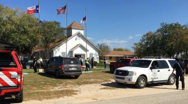 Suasana Gereja First Baptist setelah penembakan massal di Sutherland Springs, Texas, (5/11). Insiden  penembakan terjadi pada Minggu 5 November 2017 pukul 11.30 waktu setempat, Minggu, 5 November 2017. (KSAT via AP)