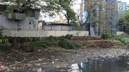 Pemandangan Kali Krukut yang dipenuhi sampah di kawasan Karet, Jakarta, Rabu (19/9). Selain dipenuhi sampah, Kali Krukut juga menimbulkan bau tidak sedap. (Liputan6.com/Immanuel Antonius)