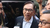 Mantan Wakil Perdana Menteri Malaysia Anwar Ibrahim  usai mengunjungi kediaman Presiden ke-3 RI Bacharuddin Jusuf Habibie di Jakarta Selatan, Minggu (20/5). (Liputan6.com/Angga Yuniar)
