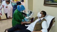Ketua Satgas COVID-19 Doni Monardo donorkan plasma konvelesen di PMI Kramat Raya Jakarta Pusat. (Foto: Satgas COVID-19)