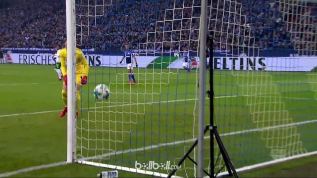 Kiper Werder Bremen, Jiri Pavlenka, membuat blunder memalukan saat menghadapi Schalke. This video is presented by Ballball.