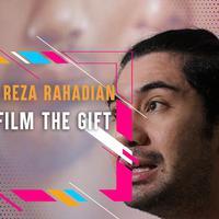Pengorbanan hidup Harun yang diperankan oleh Reza Rahadian dalam film The Gift
