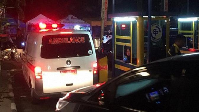 Ambulans membawa Bupati Asahan Taufan Gama Simatupang. (Foto: Merdeka.com)