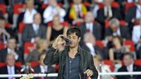 Enrique Iglesias saat tampil di upacara penutupan Piala Eropa 2008, di Ernst-Happel stadium. FRANCK FIFE / AFP