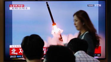 Orang-orang menonton TV yang menunjukkan peluncuran rudal Korea Utara di Stasiun Kereta Seoul, Korea Selatan, Selasa (10/9/2019). Korea Utara dilaporkan kembali meluncurkan dua proyektil tak teridentifikasi pada hari ini. (AP Photo/Ahn Young-joon)