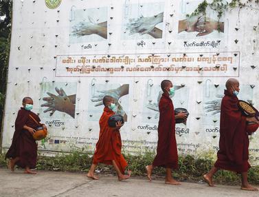 Potret Biksu Myanmar Saat Kumpulkan Sedekah di Tengah Pandemi