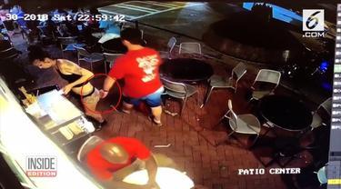 Seorang pelayan, perempuan berusia 21 tahun di Georgia, Amerika Serikat, bernama Emilia Holden, mendapat banyak pujian. Ia membanting seorang lelakai tambun, yang memegang pantatnya di restoran. Pelaku bernama Ryan Cherwinski kemudian ditangkap polis...
