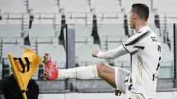 Bintang Juventus, Cristiano Ronaldo berselebrasi setelah mencetak gol ke gawang Crotone dalam lanjutan Liga Italia di Allianz Stadium, Selasa dinihari WIB (23/2/2021). Ronaldo menyumbang dua gol pada laga ini, sedangkan satu gol lagi disumbang Weston McKennie. (Marco Alpozzi/LaPresse via AP)