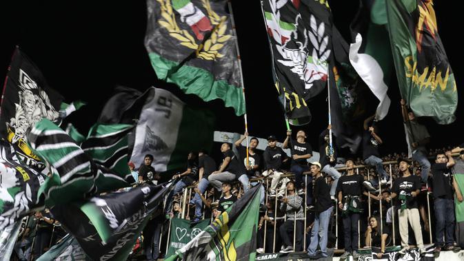 Suporter PSS Sleman memberikan dukungan saat melawan Arema FC pada laga Liga 1 2019 di Stadion Maguwoharjo, Sleman, Rabu (15/5). PSS menang 3-1 atas Arema. (Bola.com/Yoppy Renato)