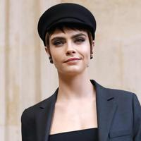 Aktris dan model Inggris Cara Delevingne berpose saat pemotretan sebelum tampil memperagakan busana koleksi fall/winter 2018 Christian Dior di Paris Fashion Week, Prancis (27/2). (AFP Photo/Patrick Kovarik)