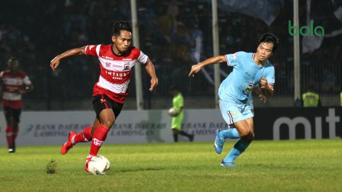 Aksi Andik Vermansah dalam laga Persela Lamongan versus Madura United, Sabtu (17/5/2019) di Stadion Surajaya, Lamongan. (Bola.com/Aditya Wany)