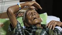 Pertama kalinya, Mbah Gotho dilarikan ke rumah sakit akibat penyakitnya tak bisa disembuhkan hanya dengan kerokan. (Liputan6.com/Fajar Abrori)