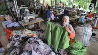 Warga menyelesaikan pembuatan baju di sebuah usaha konveksi milik Enca di Desa Curug, Bogor, Jawa Barat, Kamis (4/3/2021). Di tengah pandemi covid-19 yang menyebabkan bisnis konveksi menurun, UMKM konveksi di desa ini mampu bertahan dan mengembangkan produksinya. (merdeka.com/Arie Basuki)