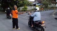 Gunung Agung di Karangsem, Bali, kembali erupsi. Beberapa wilayah terdampak mengalami hujan abu akibat peristiwa alam tersebut. Erupsi memunculkan tinggi kolom abu vulkanik setinggi 2.000 meter atau 5.142.meter di atas permukaan laut pada Minggu (21/4/2019) pukul 03.21 WITA. (dok. BNPB)