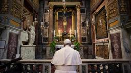 Paus Francis berdoa di St. Marcello al Corso, Roma, Italia, Minggu (15/3/2020). Vatikan menyatakan, Paus berdoa untuk mengakhiri pandemi virus corona COVID-19. (Vatican News via AP)