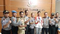 Sejumlah pejabat daerah Tasikmalaya, menyambut kedatangan Muhammad Taufik (32), atlet peraih emas cabang triathlon dan modern pentathlon Men's Beach Laser Individual (Liputan6.com/Jayadi Supriadin)