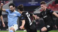 Ruh permainan Manchester City, Ilkay Gundogan dikepung pemain Borussia Moenchengladbach pada laga leg 1 babak 16 besar Liga Champions 2020/2021, Kamis (25/02/2021) dini hari WIB. (Attila KISBENEDEK / AFP)