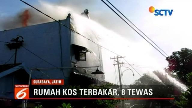 Kebakaran ini baru bisa dipadamkan setelah Dinas Kebakaran Kota Surabaya mengerahkan tujuh mobil pemadam kebakaran.